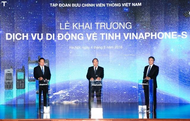 Thủ tướng Nguyễn Xuân Phúc cùng lãnh đạo VNPT nhấn nút khai trương dịch vụ di động vệ tinh Vinaphone- S