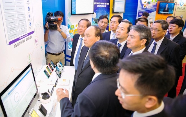 Thủ tướng Nguyễn Xuân Phúc trải nghiệm dịch vụ công nghệ mới của VNPT