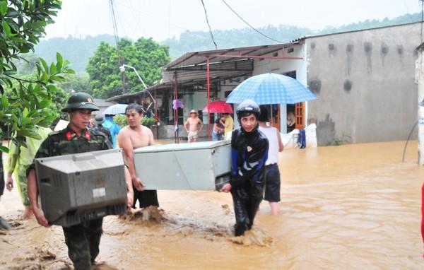 TP Lào Cai bị nước lũ ập xuống bất ngờ, gây ngập lụt
