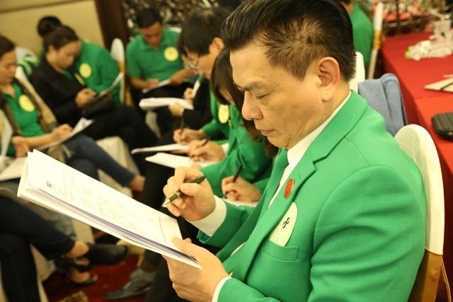Chủ tịch Hồ Huy tham gia làm bài tập trong lớp học cùng CBNV