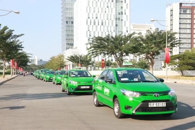 """Đoàn xe Mai Linh diễu hành tuyên truyền """"Vì an toàn giao thông"""""""