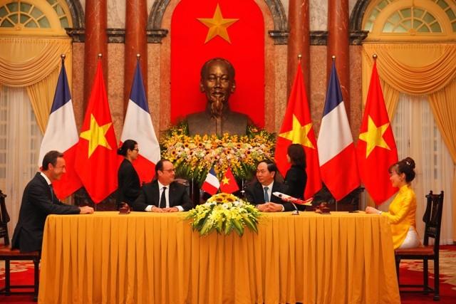 Chủ tịch nước Trần Đại Quang và Tổng thống Pháp Francois Hollande chứng kiến lễ ký kết mua 30 máy bay của Vietjet Air và Jetstar Pacific