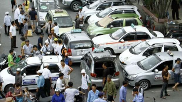 """Nhiều hãng taxi có xe vi phạm bị Sở GTVT thu hồi phù hiệu """"Taxi Hà Nội"""" 1 tháng"""