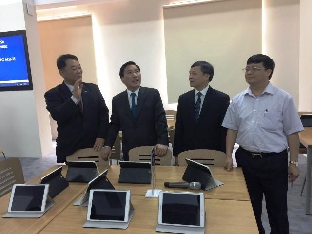 Chủ tịch tỉnh Thái Nguyên Lê Văn Bắc khá hào hứng với mô hình giảng dạy mới này