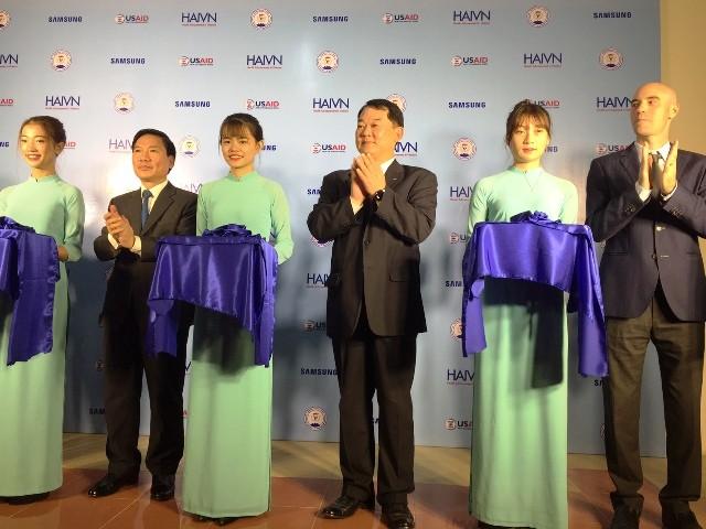 Lãnh đạo tỉnh Thái Nguyên, ĐH Y dược Thái Nguyên và đại diện Samsung cắt băng khánh thành giảng đường thông minh