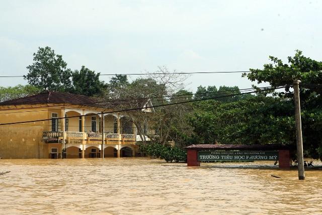Lũ lịch sử chưa rút, miền Trung lo đối phó siêu bão Sarika ảnh 1