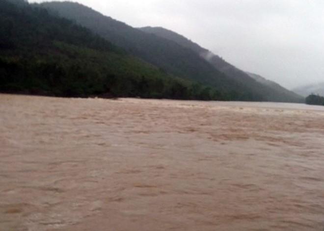 Nước lũ sông Gianh tại Quảng Bình đang lên cao