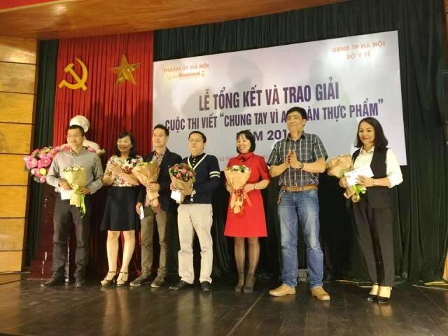 Đại diện Ban tổ chức trao giải cho những tác giả đạt giải trong cuộc thi viết năm nay