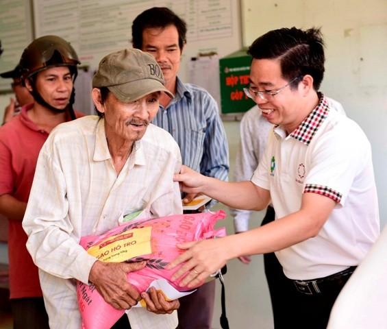 Hơn 4.200 phần quà trị giá 2,75 tỷ đồng đã được Hoa Sen Group trao tặng tận tay đồng bào miền Trung những ngày qua