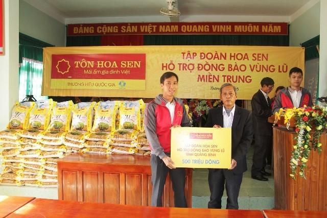Đại diện Tập đoàn Hoa Sen trao tặng hỗ trợ đồng bào tỉnh Quảng Bình