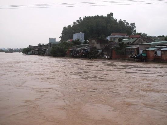 Nhiều nơi ở Bình Định và Quảng Ngãi vẫn bị nước lũ cô lập, chia cắt