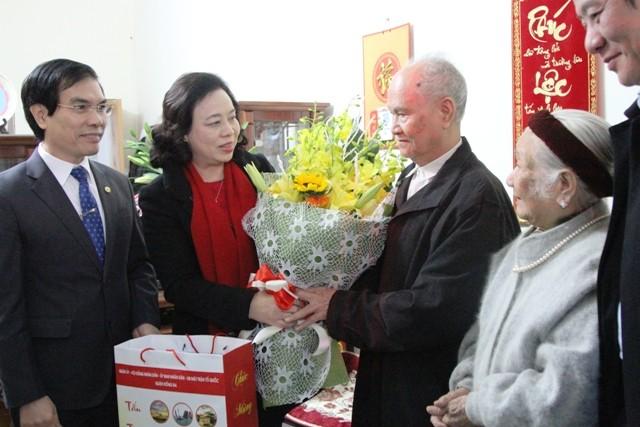 Phó Bí thư Thường trực Thành ủy Hà Nội Ngô Thị Thanh Hằng tặng quà gia đình ông Đặng Thanh Hùng, cán bộ lão thành cách mạng