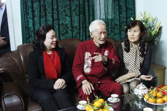 Đồng chí Ngô Thị Thanh Hằng tri ân và thăm hỏi gia đình cụ Thẩm Trọng Tảo, cán bộ tiền khởi nghĩa