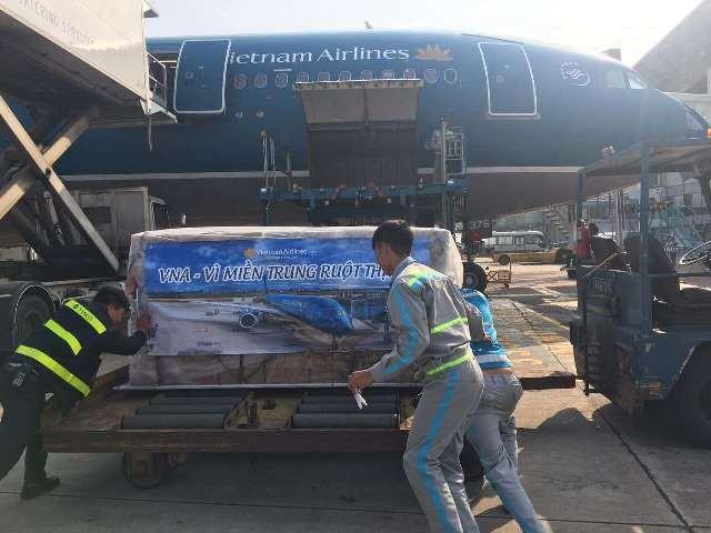 Lương khô được đưa lên những chuyến bay sớm nhất trong sáng 17/12 để chuyển tới đồng bào miền Trung đang bị mưa lũ