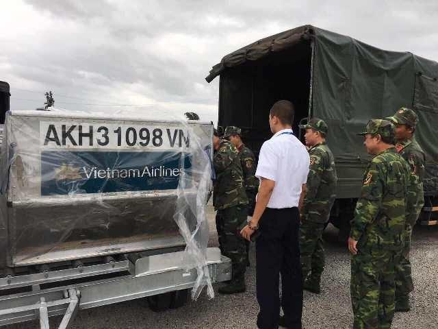 Bàn giao những tấn lương khô đầu tiên trong ngày 17/12 cho Bộ Chỉ huy quân sự tỉnh Khánh Hòa