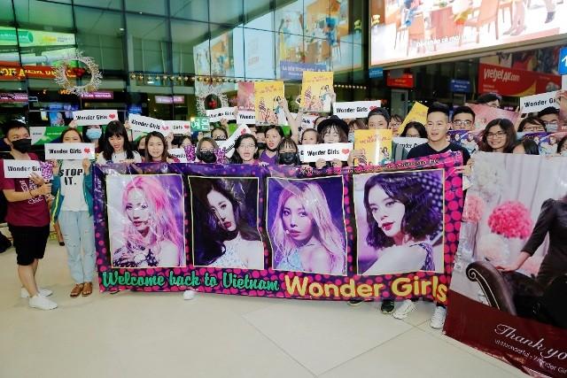 Các fans chào đón sự xuất hiện của 2 nhóm nhạc đình đám thế giới tại sân bay Tân Sơn Nhất