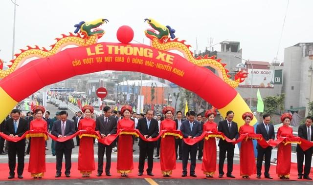 Phó Thủ tướng Trương Hòa Bình, lãnh đạo Bộ GTVT, Ủy ban ATGT quốc gia và lãnh đạo UBND TP Hà Nội cắt băng khánh thành cầu vượt Ô Đông Mác - Nguyễn Khoái
