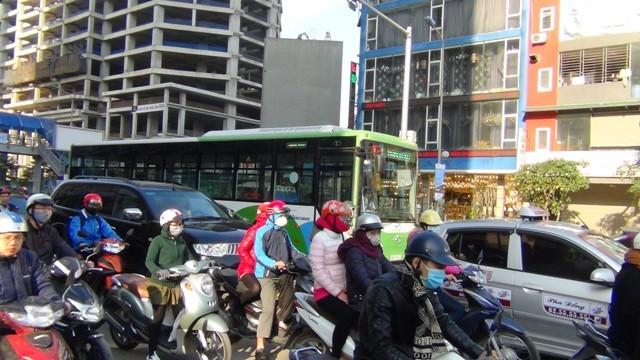 Xe vận hành vào giờ cao điểm nên giao thông trên tuyến bị ùn ứ