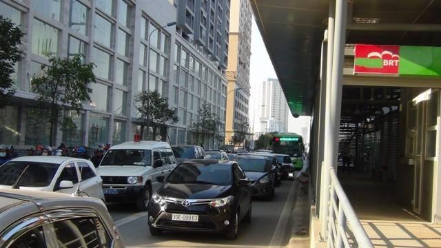 Nhiều phương tiện do đường đông nên vẫn đi vào phần làn đường dành cho xe buýt nhanh BRT