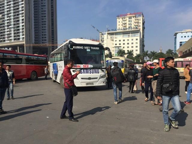 Một số xe Kumho và xe tăng cường của Tổng công ty vận tải giải tỏa khách trong sân bến Mỹ Đình bị các doanh nghiệp phản ứng, g