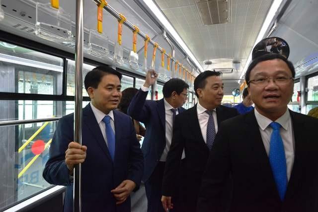 Lãnh đạo Ủy ban ATGT quốc gia và lãnh đạo thành phố Hà Nội trải nghiệm tuyến buýt nhanh BRT vào sáng nay 31/12