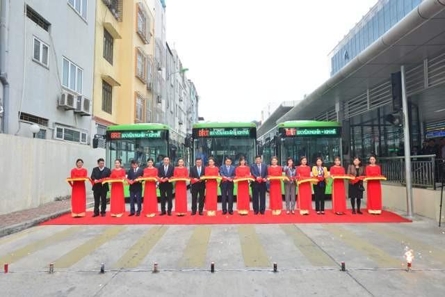 Chủ tịch UBND TP Nguyễn Đức Chung (đứng giữa) và lãnh đạo Sở, ngành cắt băng khai trương tuyến xe buýt nhanh đầu tiên trên địa bàn Hà Nội
