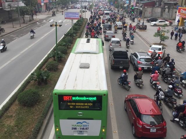 Nhưng cũng không ít phương tiện lấn làn, tranh đường của buýt nhanh