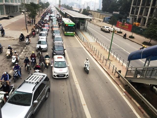 Khá nhiều phương tiện đã có ý thức nhường đường cho xe buýt nhanh