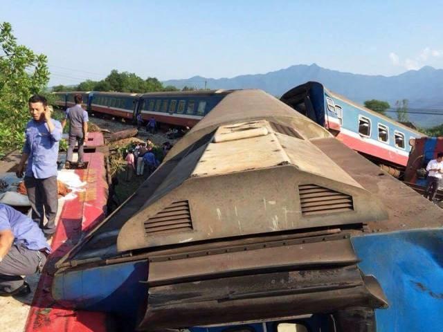 Hiện trường vụ xe ben tông tàu hỏa khiến 5 toa tàu bị trật đường ray, đầu tàu lật nghiêng (