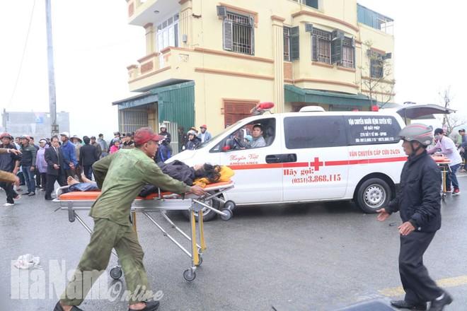 Lực lượng chức năng kịp thời có mặt đưa người bị nạn đi cấp cứu