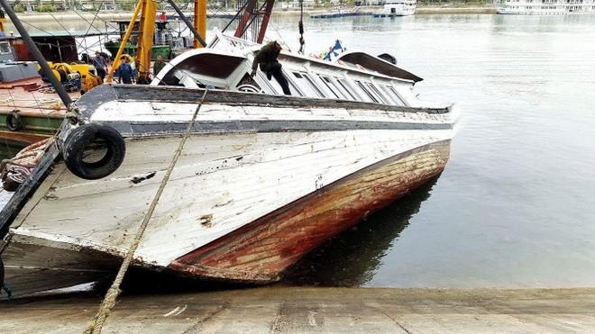 Chiếc tàu Hải Âu QN 3388 bị đắm phần đuôi vào sáng sớm nay 26/3