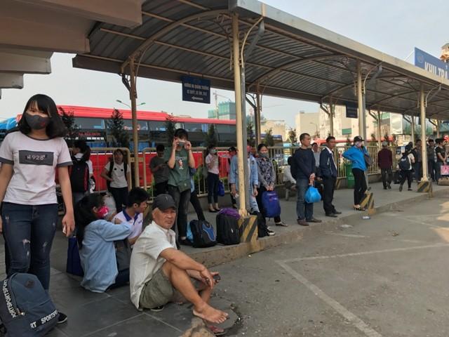 Người dân ùn ùn rời khỏi Thủ đô Hà Nội đi nghỉ lễ 30-4 ảnh 3
