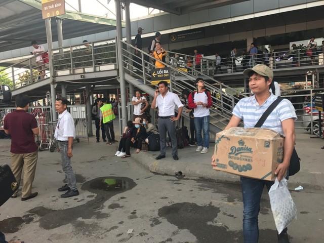 Người dân ùn ùn rời khỏi Thủ đô Hà Nội đi nghỉ lễ 30-4 ảnh 5
