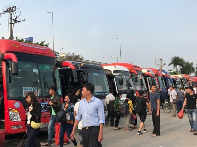 Người dân ùn ùn rời khỏi Thủ đô Hà Nội đi nghỉ lễ 30-4 ảnh 6