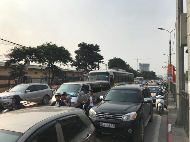 Đường Giải Phóng chiều từ trung tâm Hà Nội về QL1 từ 17h chiều 28/4 đã ùn ứ vì lượng phương tiện dồn về quá lớn