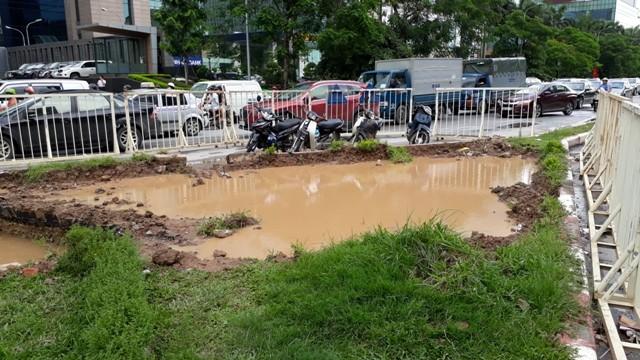 Dọc đoạn đường Trần Duy Hưng bị nước sạch tràn lên biến thành sông