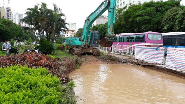 Trong lúc thi công xén hè mở rộng đường Trần Duy Hưng đơn vị thực hiện đã múc nhầm vào đường ống nước sạch