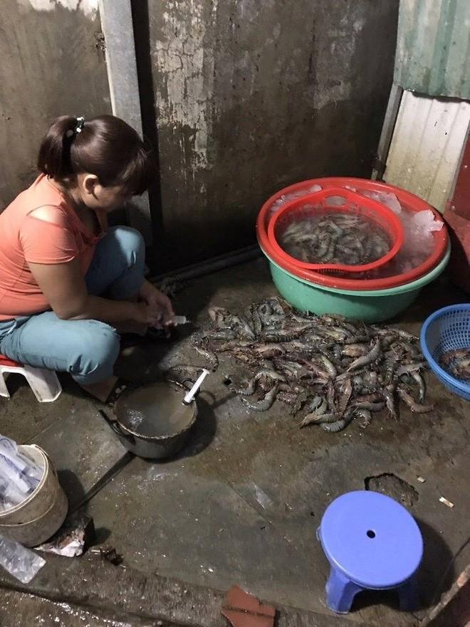 Đoàn kiểm tra bắt quả tang chủ cơ sở kinh doanh tôm ở Hoàng Mai, Hà Nội đang bơm tạp chất vào tôm