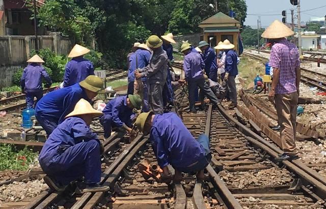 Công nhân đang tích cực khắc phục sự cố tại cụm ghi N110-112 tại ga Yên Viên