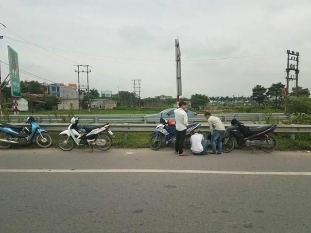 Hàng loạt xe máy bị thủng lốp trên cao tốc Hà Nội- Bắc Giang vào sáng 6/9 (ảnh Khôi Minh)