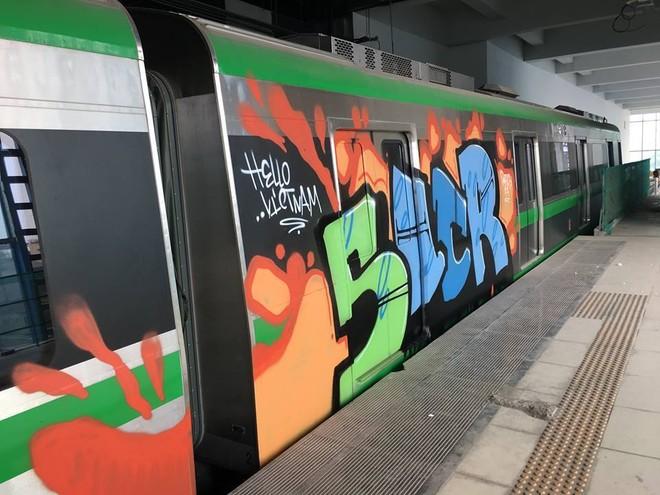 Toa tàu đường sắt Cát Linh bị vẽ bậy (ảnh otofun)