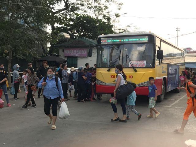 Xe buýt luôn trong tình trạng đông nghẹt người lên
