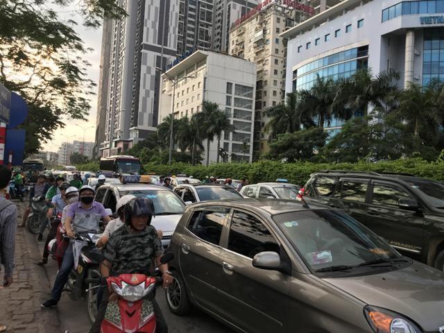 Đường Nguyễn Hoàng cạnh bến xe Mỹ Đình nêm chặt xe cộ
