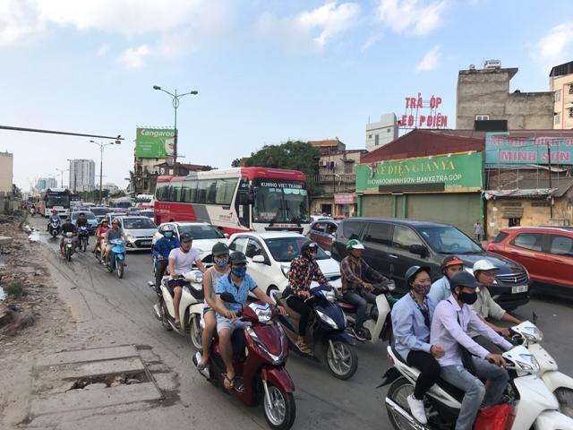 Đường Phạm Văn Đồng do đang thi công nên đã xảy ra ùn ứ