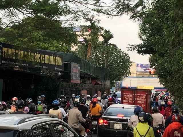 Nút giao Nguyễn Hữu Thọ-Giải Phóng quá đông đúc và chật chội
