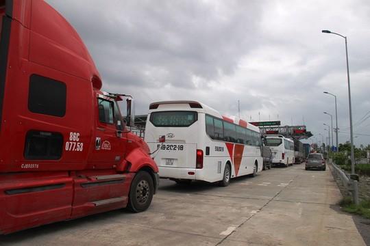 Phương tiện xếp hàng dài tại trạm thu phí Ninh Lộc
