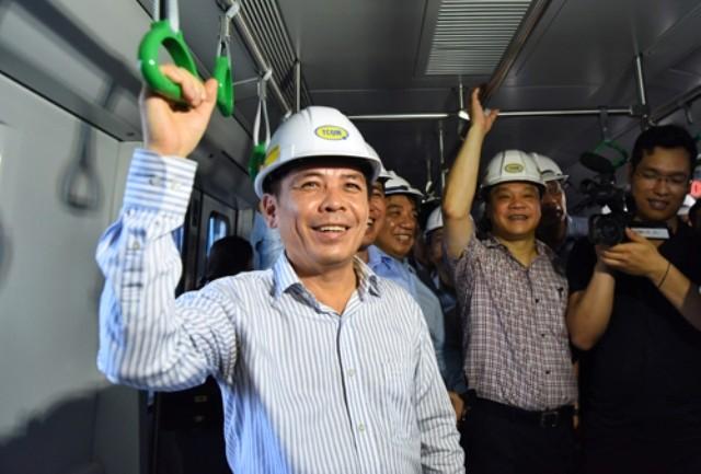 Bộ trưởng Bộ GTVT Nguyễn Văn Thể trải nghiệm tàu đường sắt Cát Linh-Hà Đông và khen không ồn như đường sắt quốc gia