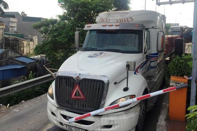 Một số lái xe đã hất tung barie trạm thu phí Tân Đệ, không nộp phí vì cho rằng trạm đang đặt sai chỗ (ảnh otofun)