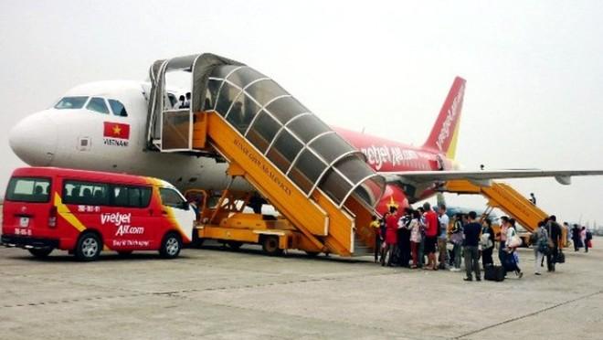Nam hành khách ném điện thoại rách mí mắt nhân viên hàng không bị cấm bay 12 tháng