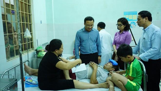 Đoàn công tác của Chính phủ thăm hỏi nạn nhân trong vụ tai nạn xe khách rơi xuống vực đèo Lò Xo